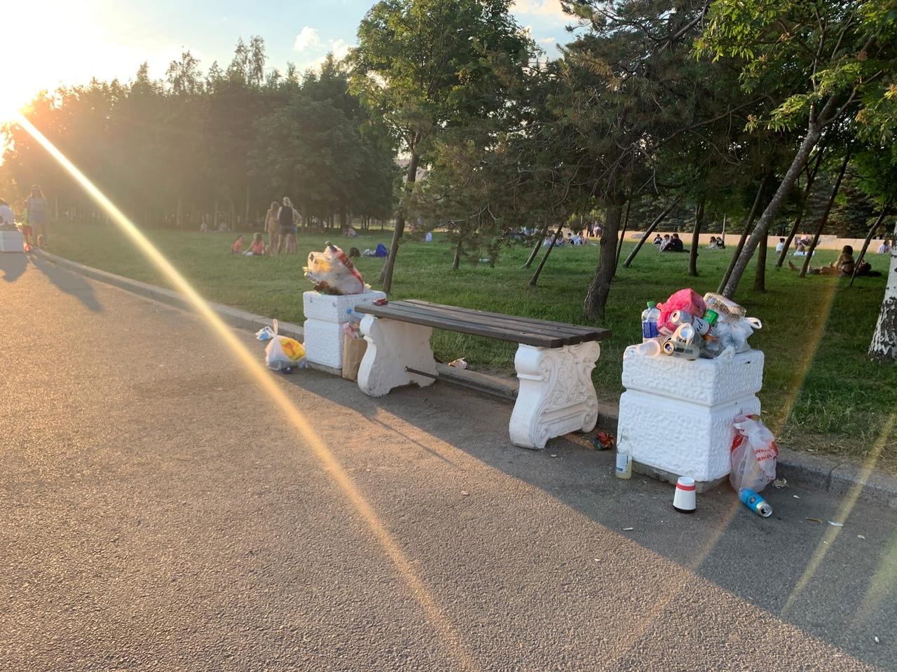 Вечер 20 июня в Парке 300-летия. Мусорки не выдерживают наплыва отдыхающих.