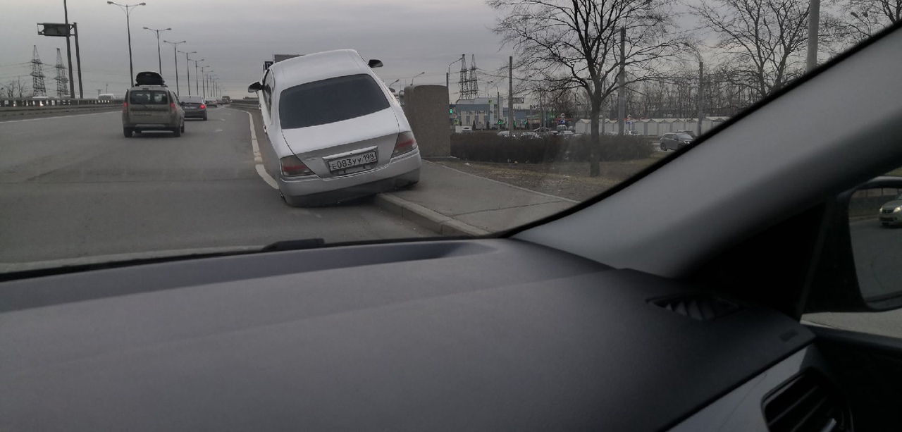 Неудачный взлёт Nissan Глория (2000гв) на мосту с Косыгина в сторону ЛО.