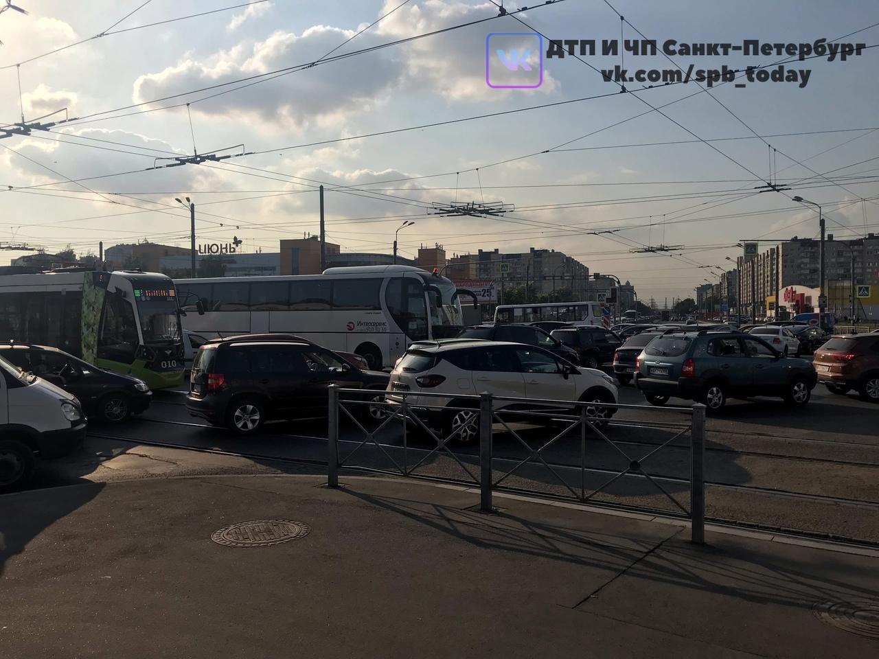 На перекрестке Косыгина и Индустриального не работают светофоры. Начинается хаос. И дтп с трамваем т...
