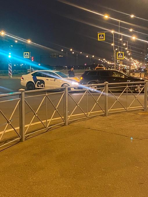 На перекрёстке Маршала Казакова и Патриотов Volvo пропускал пешеходов, Яндекс драйв въехал