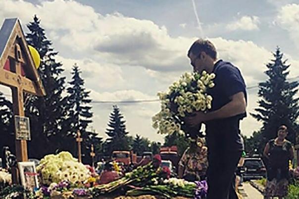 Дмитрий Шепелев Дмитрий Андреевич Шепелев известный белорусский, украинский и российский теле- и радиоведущий, который благодаря своей эксцентричности и умению привлекать к себе взоры миллионов