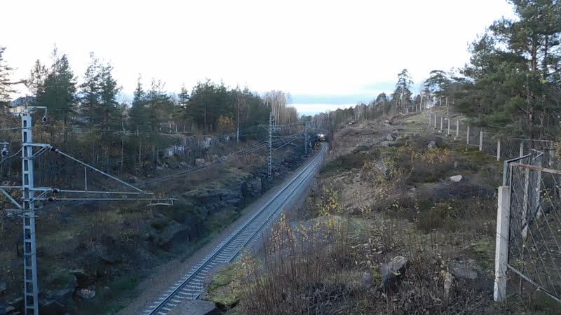 М62-1634 с грузовым поездом на перегоне Выборг - Пригородная, Окт. ж.д., Ленинградская обл.