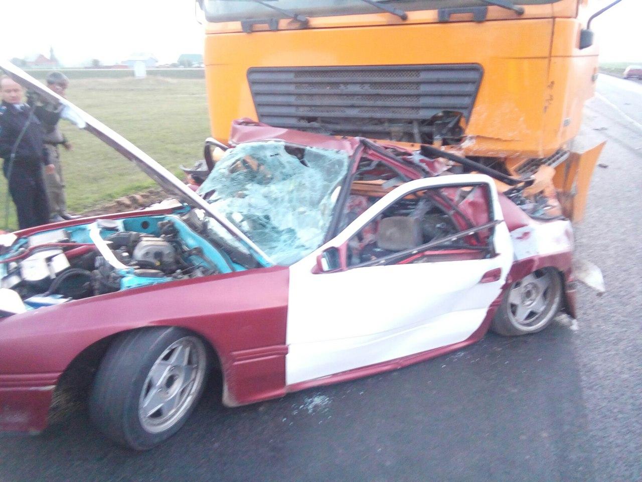 ДТП натрассе «Уфа— Белорецк»: фургон раздавил 2 человек в Мазда