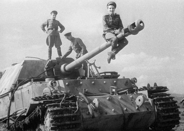 САУ ФЕРДИНАНД. БОЕВОЙ ДЕБЮТ ПОД КУРСКОМ 19 марта 1943 года в Рюгенвальде Гитлеру были продемонстрированы новые образцы вооружения, среди которых и один из первых образцов «Фердинанда».