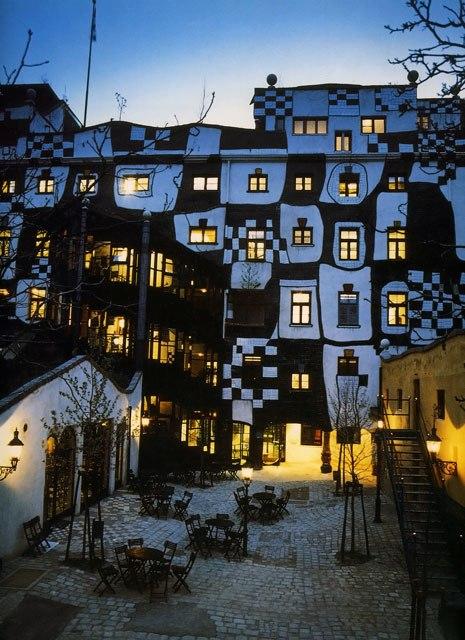 Интересный факт: Фриденсрайх Хундертвассер называл себя доктором архитектуры - то есть врачом, лечащим больное зодчество.