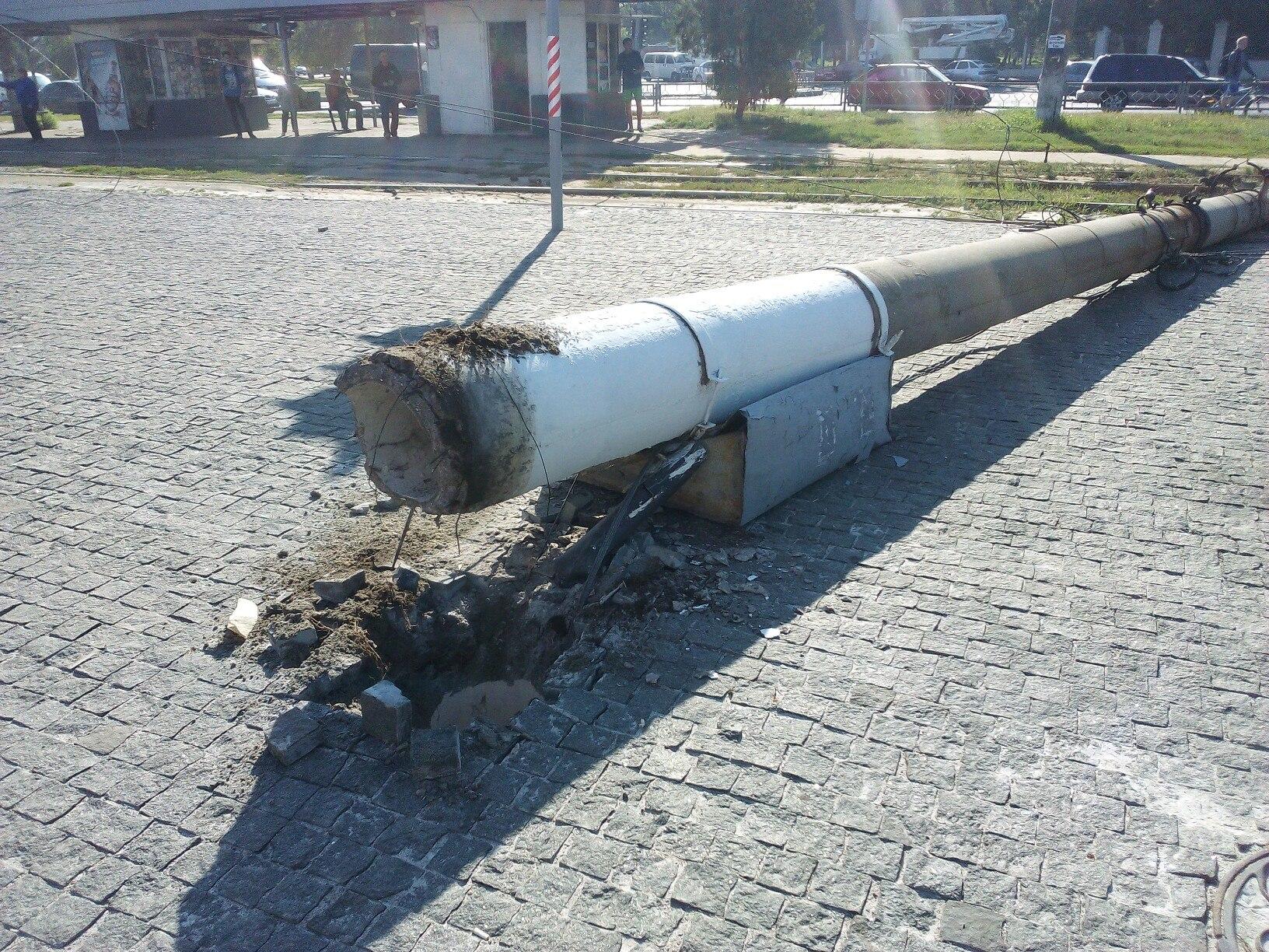 В Харькове на дорогу обрушился высокоствольный столб (ФОТО)