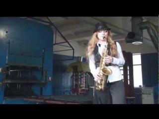 Игра на саксофоне(девушка классно играет);)