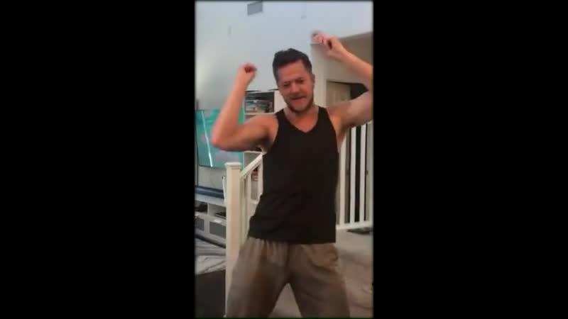 Дэн Рейнольдс танцует под межпространственный гипер-супер-сверх-хит
