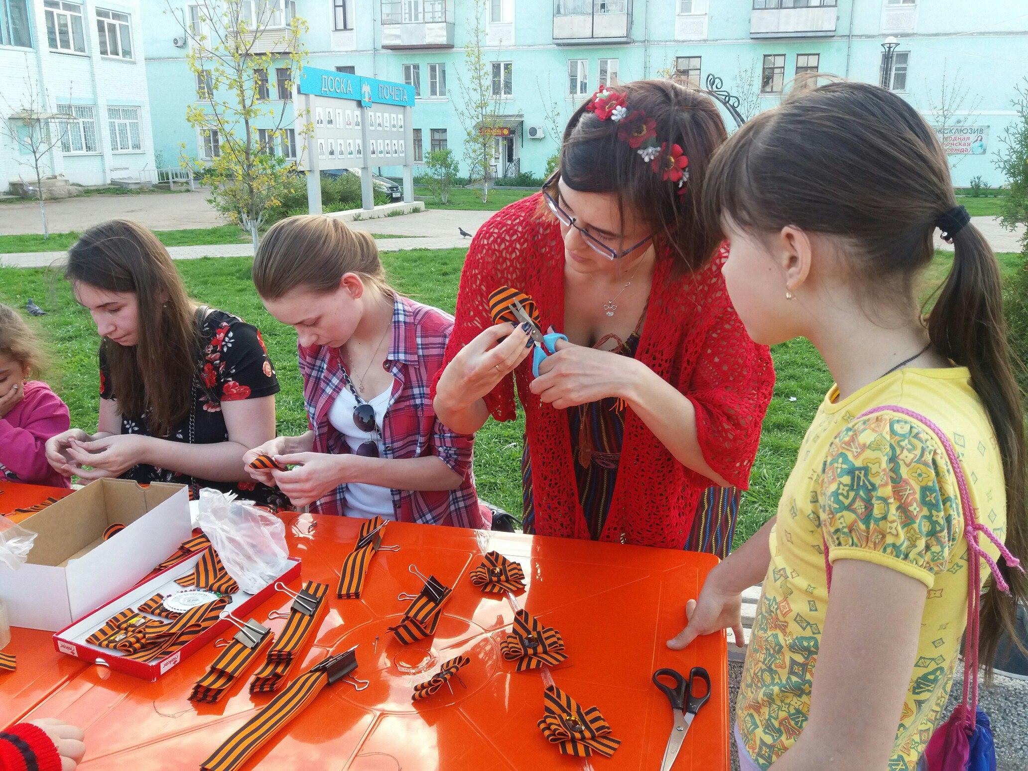 Молодежный актив провел в сквере Победы акцию «Георгиевская ленточка»