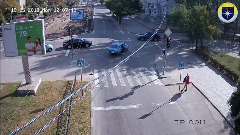 ДТП на перекрестке проспекта Трубников и улицы Станиславского. Видео с камеры наблюдения.