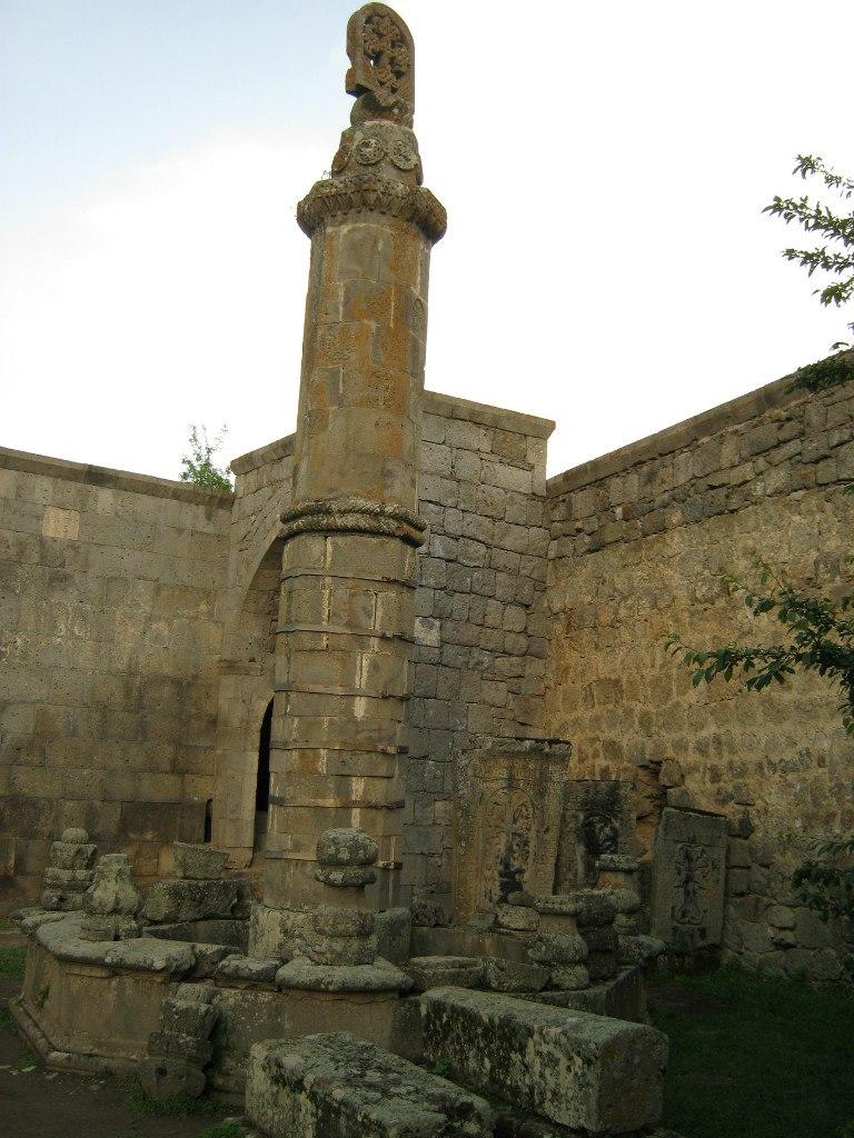 качающийся столп (Гавазан) в Татевском монастыре