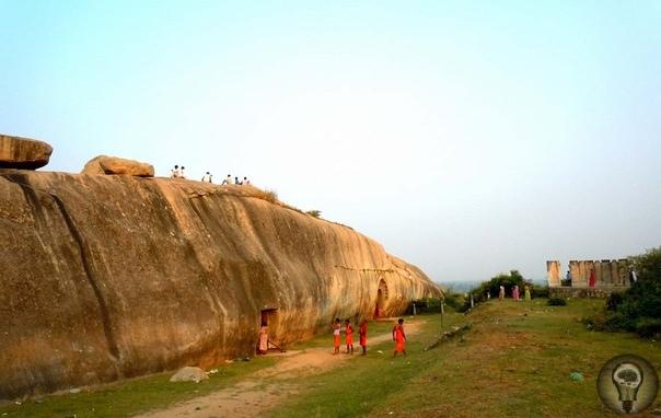 РУКОТВОРНЫЕ ПЕЩЕРЫ БАРАБАР В ИНДИИ - БОМБОУБЕЖИЩЕ ДРЕВНОСТИ Примерно в 35 км к северо-востоку от г. Гая (штат Бихар) посреди абсолютно плоской желто-зеленой равнины возвышается невысокая