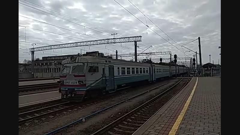 Электропоезд ЭР9М-4009 прибывает на станцию, и электровоз вл80к-097 резервом прибывает на станцию Конотоп