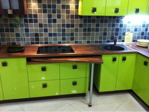 Выдвижной стол, идея для маленькой кухни