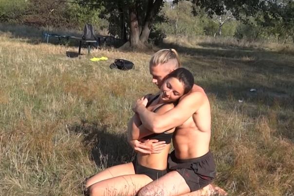 Кажется, что эта пара просто отдыхает на природе, но спустя пару секунд вы ахнете…