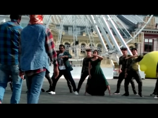 На съемках клипа Pudhu Metro Rail (из фильма