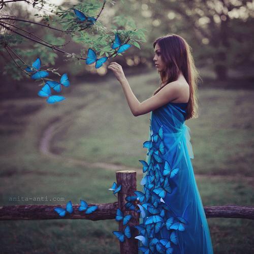 Дівчина в синьому платті