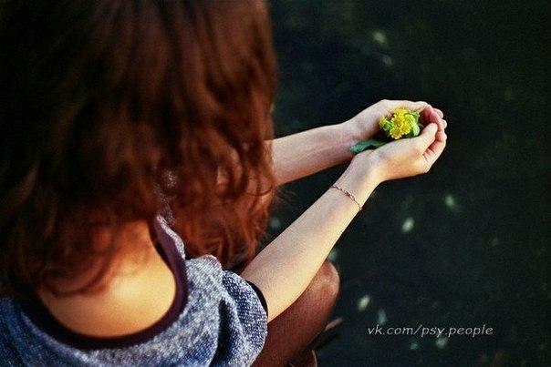 7 внутренних законов 1. «Мысли материальны» Все, что мы собой представляем – результат того, что мы думаем о себе. Если человек говорит или действует с дурными мыслями, его преследует боль. Если же человек говорит или действует с чистыми намерениями, за ним следует счастье, которое, как тень, никогда его не оставит. Будда говорил: «Наше сознание – это все. Вы становитесь тем, о чем думаете». Джеимс Аллен говорил: «Человек - мозг». Чтобы правильно жить, вы должны заполнить свой мозг…