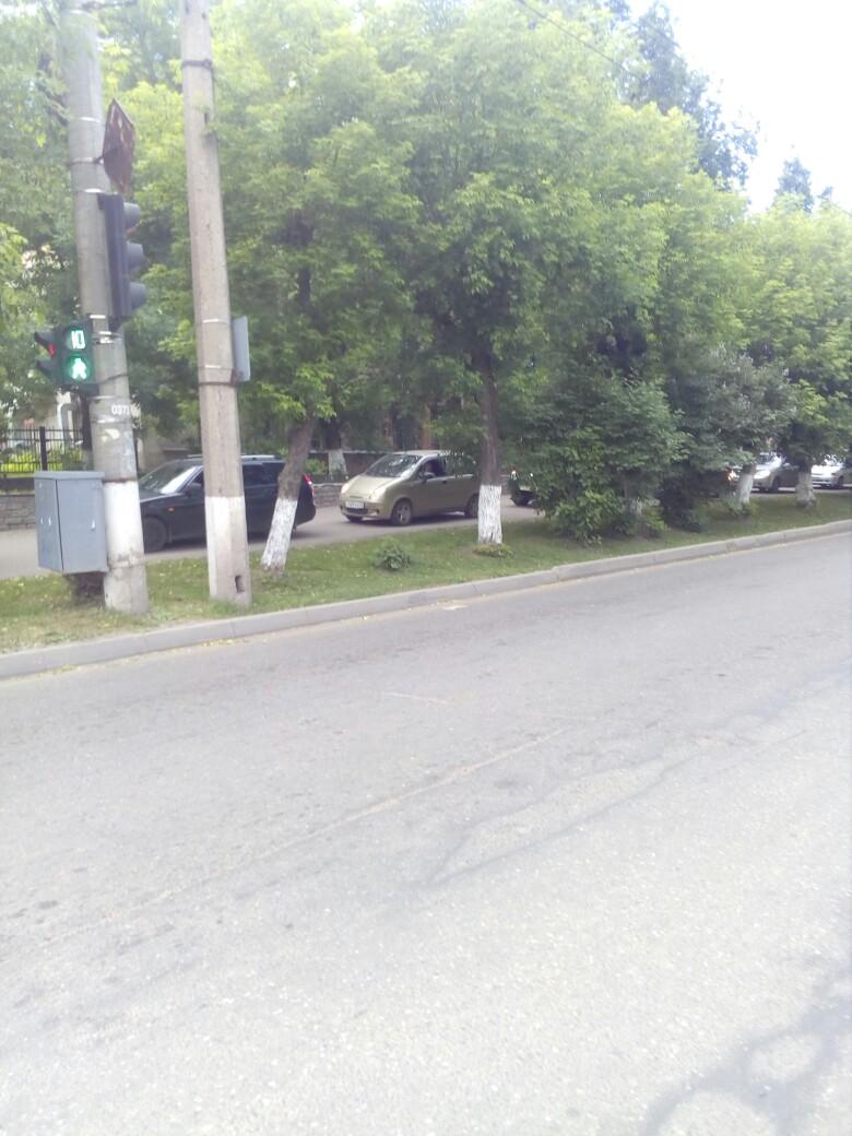 Из-за аварии в центре Кирова водители объезжали пробку по тротуару