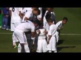 Криштиану раздает автографы мальчишкам перед матчем с