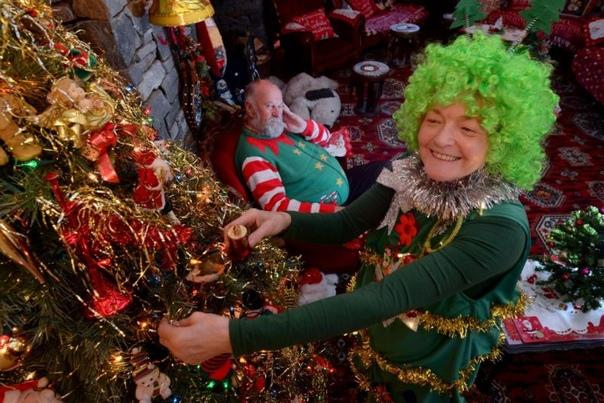 Бабка настолько помешана на Рождестве, что потратила на украшения $38000 и ставит елку в августе 76-летняя бабушка Бетти-Энн Джонс настолько помешана на Рождестве, что уже в августе ставит елку