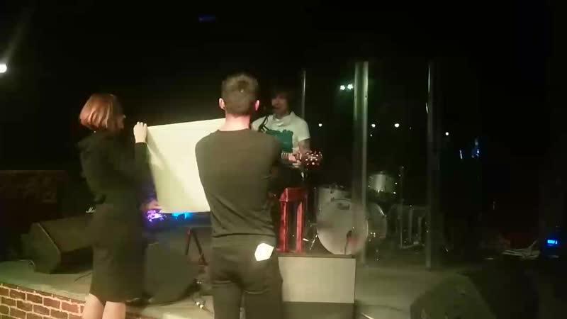 вручение Денису плаката от фанатов