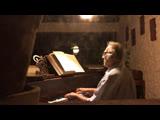 Луна и пианино в отцовском доме.