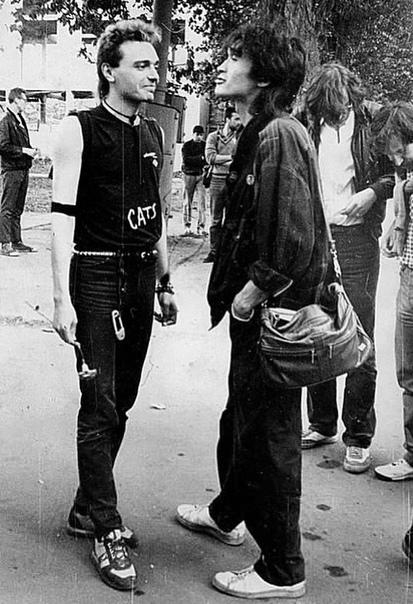 На снимке: Константин Кинчев и Виктор Цой рядом с ДК «Невский». Ленинград.