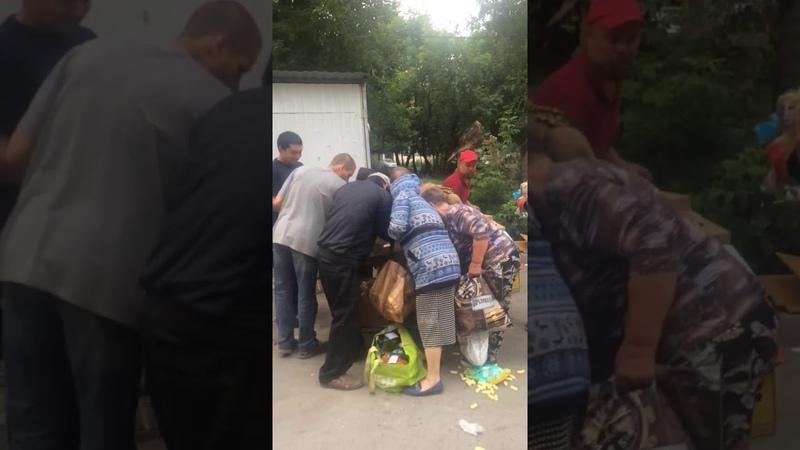 Новосибирцы ходят за продуктами к мусорным бакам «Ленты»