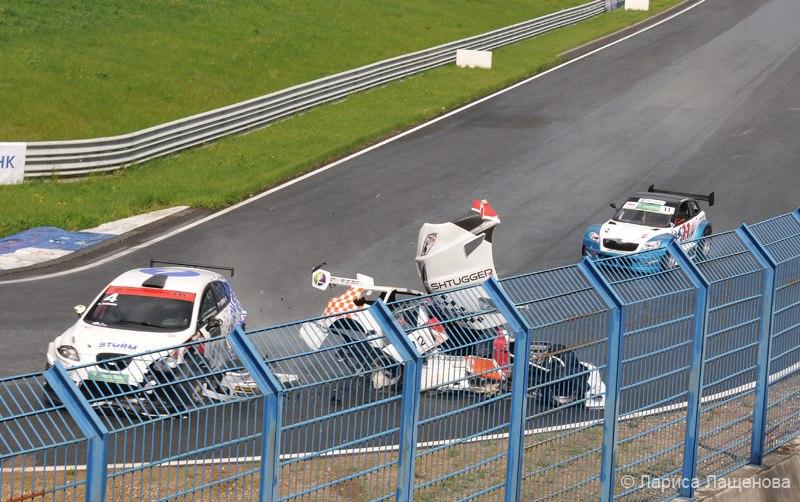 Первый заезд GT-Rus и один из самых серьезных крэшей сезона - столкновение Артёма Ерёмина (4) и Леонида Кокурина (12). 1 этап, Смоленское кольцо