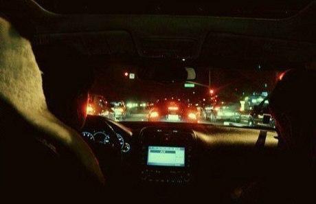 на машинах по городу: