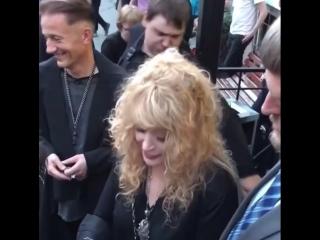 Алла Пугачева и Олег Меньшиков после интервью у театра Ермоловой