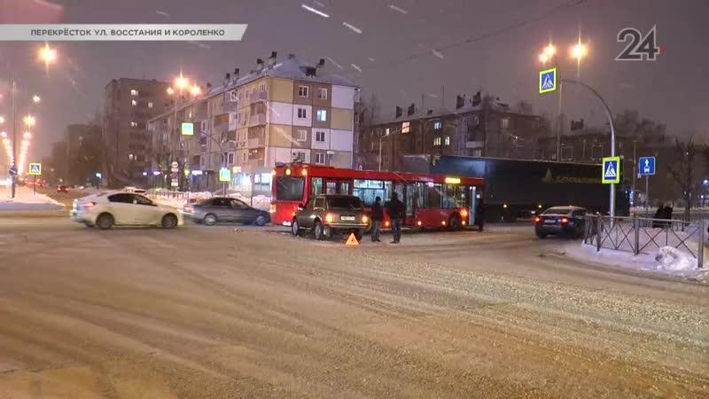 В Казани на пересечении улиц Восстания и Короленко «Нива» столкнулась с автобусом