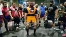 Иранский атлет Пейман Махерипур почти тянет 450 кг с использованием экипировки и кистевых лямок ...