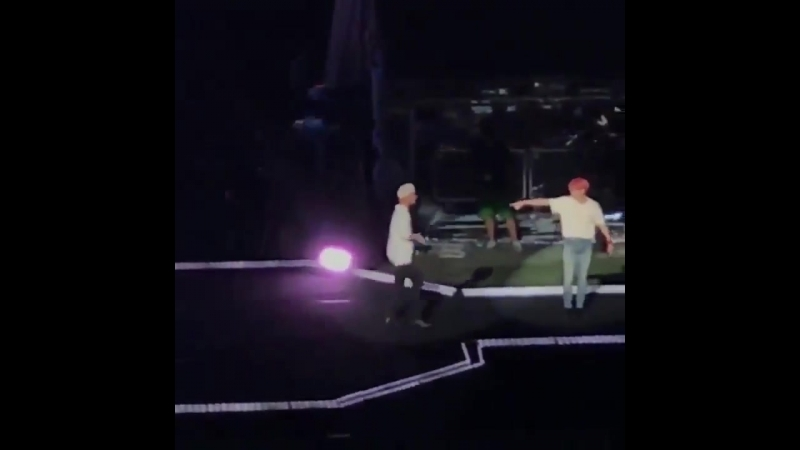 How taehyung was cutely bouncing over but was reminded by jeongguk that he's supposed to stand at the other side instead ㅠㅠ taer