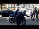 Impennata al semaforo con la moto