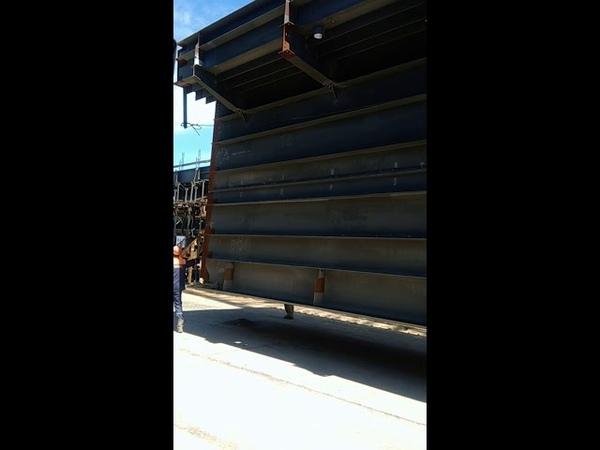 Блок пролёта ЖД линии Крымского моста направляют в покрасочную камеру, вес блока около 50тонн