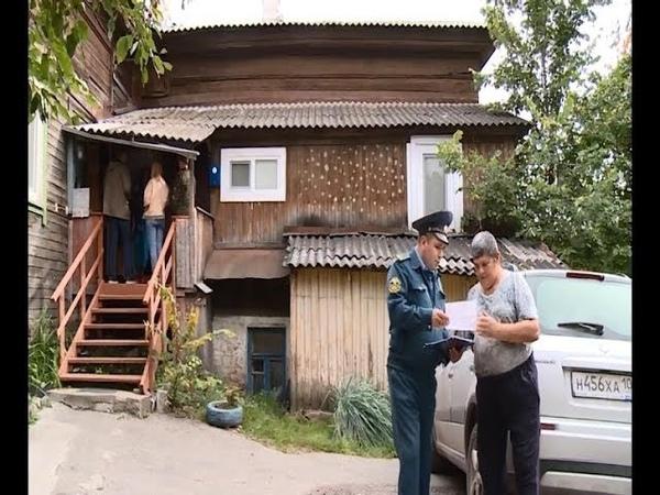 Сотрудники экстренных служб пытаются уберечь обитателей деревянных зданий от огня