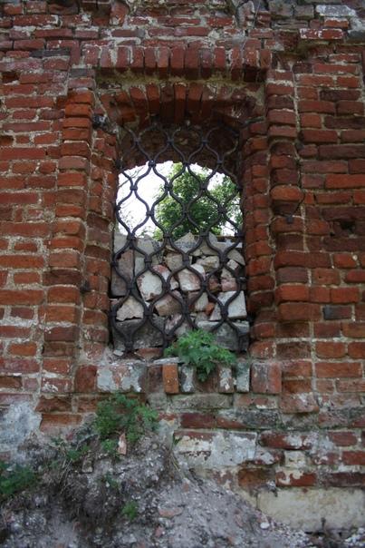 Окна заложили кирпичом, чтоб не подглядывали. На деле, хочется зацепиться за кованную решётку, чтоб посмотреть сверху и сильней разрушить стену.=(