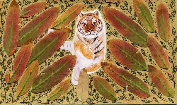 Стремительный тигр в окружении листьев рябины
