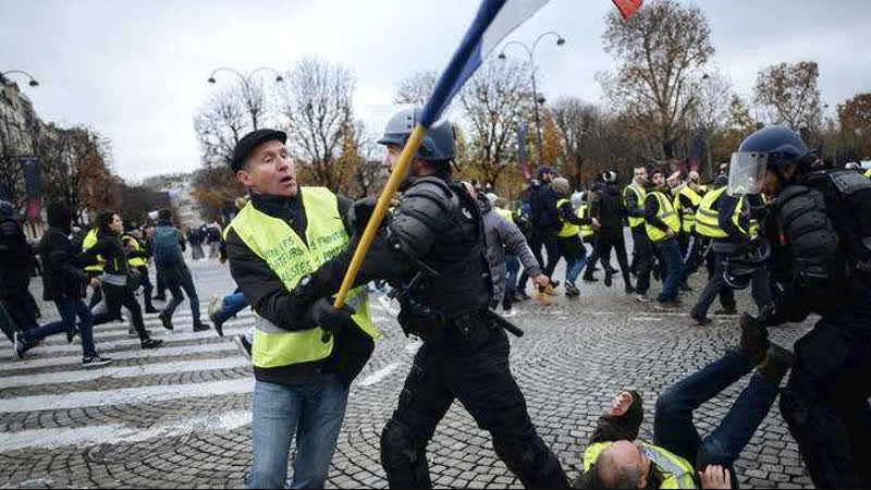 White, working-class French CRS riot cops get brutal on White, working-class Yellow Vests
