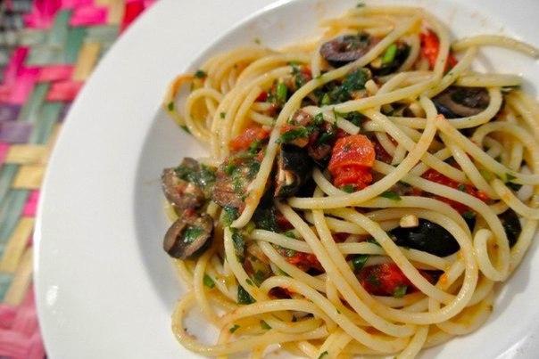 спагетти с соусом из оливок, помидоров и каперсов что нужно: спагетти 600 г;масло оливковое по вкусу;анчоус филе 6 шт;чеснок 3 зубчика;оливки черные б/к 200 г;помидор 600 г;каперсы 1