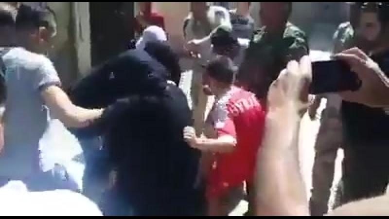 Gli abitanti del sud di Damasco sfogano la loro rabbia su un terrorista del Dash catturato
