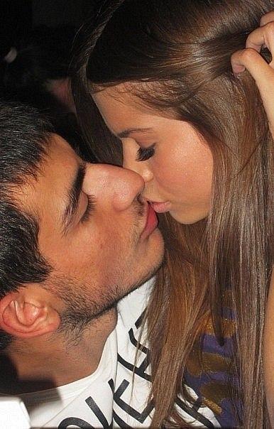 фото девушек целующихся с мущиными