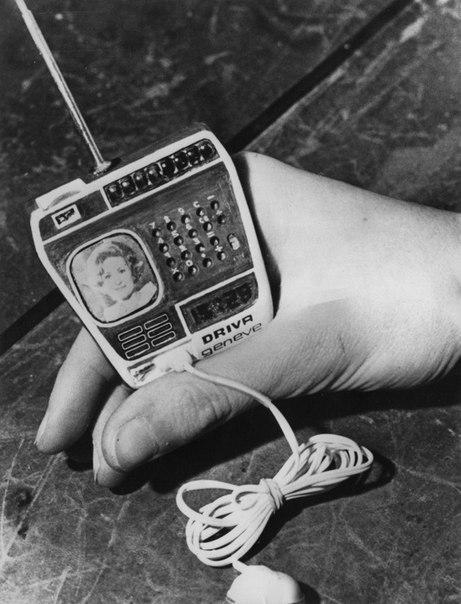 """Часы фирмы """"Driva"""", соединяющие в себе телевизор, радио и калькулятор."""