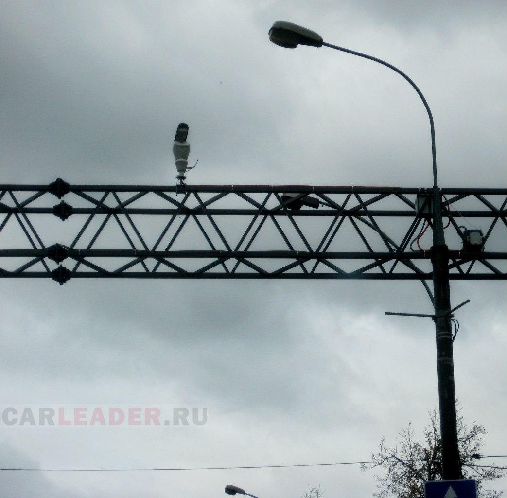 Камера ГИБДД: перед постом ГАИ после МКАД, на стальной растяжке вдоль проспекта