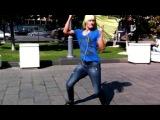 Олег продул Тане в споре, теперь танцует в юбке на Новом Арбате