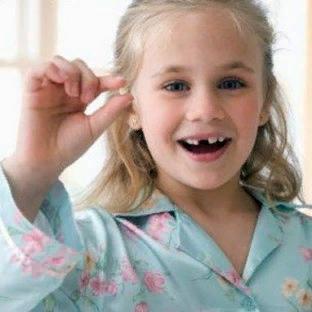 Куда девать молочные зубы: мышке или зубной фее Всем родителям давно известно, что по достижению ребенком пятилетнего возраста в ротовой полости начинают заметно редеть молочные зубы. Это вполне