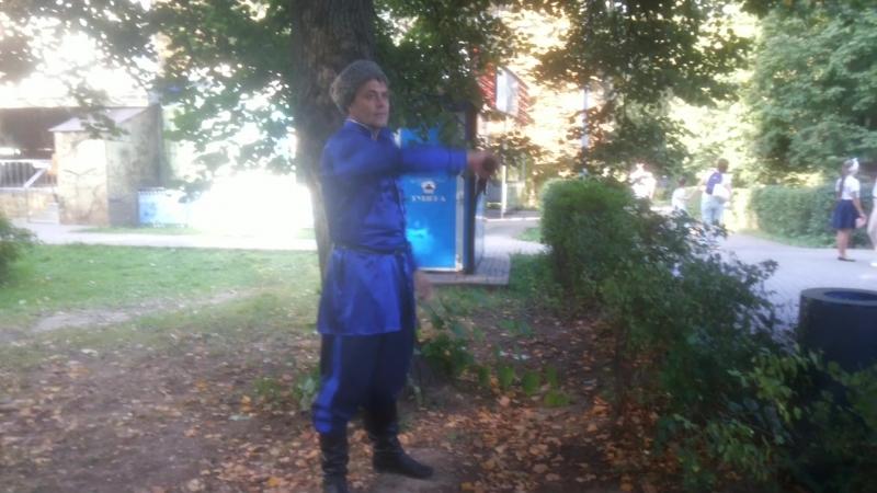 Казак на городском празднике в парке Северное Тушино упражняется с нагайкой