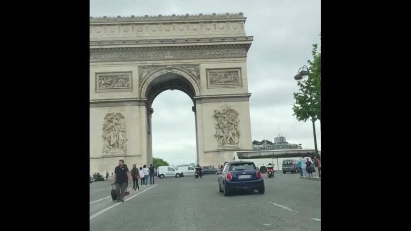 Эмерод едит по Парижу